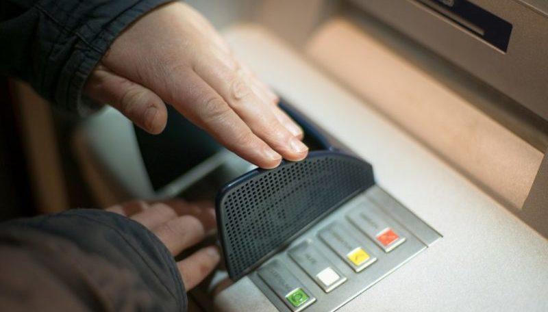 три раза неправильно ввел ПИН-код банковской карты Сбербанка