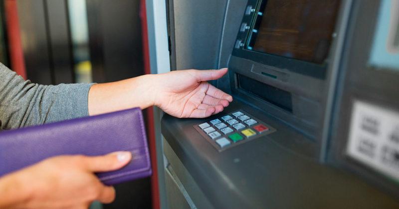 Сколько можно снять денег в банкомате втб
